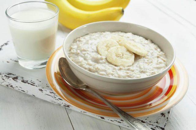Cháo yến mạch và sữa chua không đường