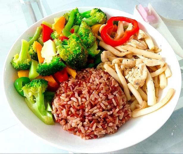 Cơm gạo lứt và nấm xào rau củ