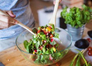 dầu dừa trộn đều cùng salad rau củ